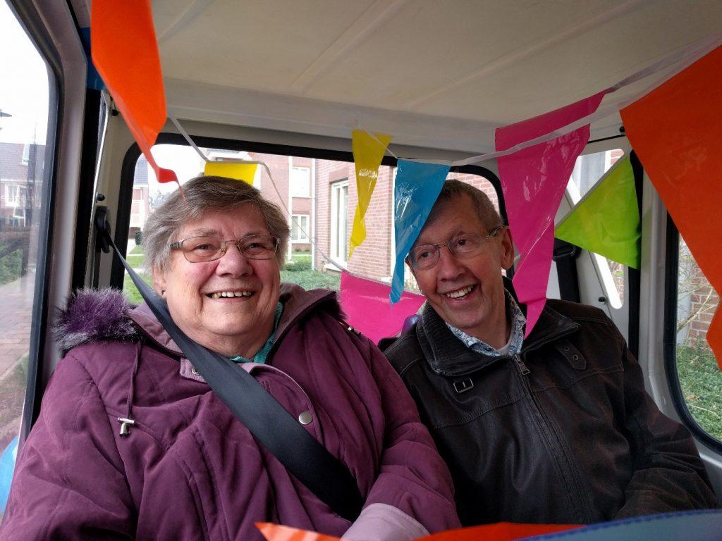 Gerda in haar versierde auto van Buurtvervoer Beuningen. Het vervoer wordt verzorgd door vrijwilligers.